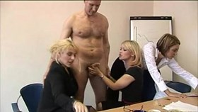 blondes give offices blowjobs to the boss