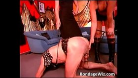 Heiße Blondinen spanks dudes ass