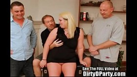 Southern Bell Squirter Cammy hat einen Gang Bang im Tampa-Stil