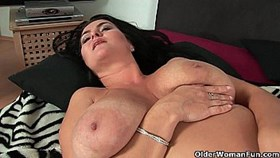 sultry mature mom with big tits fucks herself with two dild