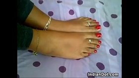 Indian Teen donne un point de vue de pied de travail