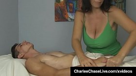 Big Titty Charlee Chase donne une main grasse au client!