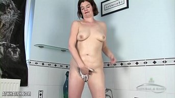 Clara plays with her hairy pussy in tub